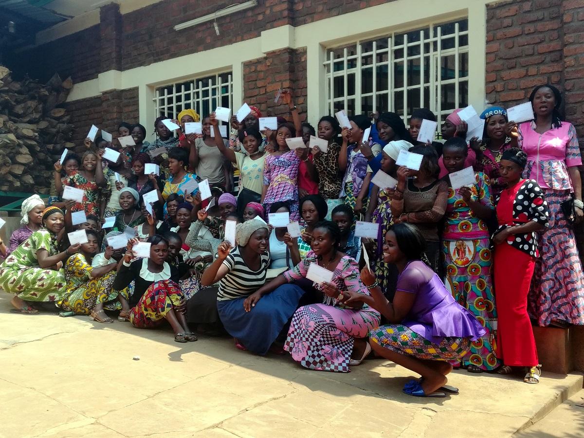Un gruppo di ragazze posa con il diploma