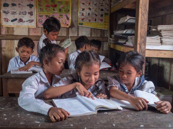 Ragazze cambogiane a scuola