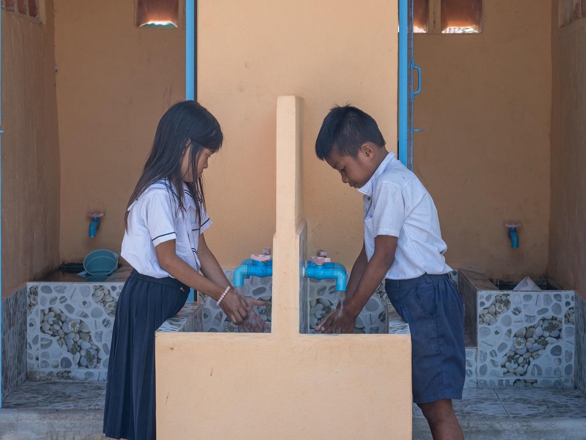 Due bambini combogiani si lavano le mani