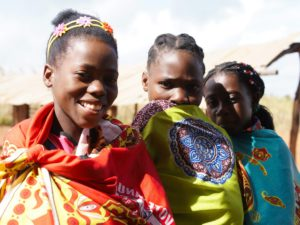 Delle donne mozambicane sorridono
