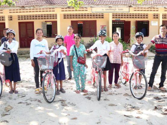 Ragazze cambogiane con le loro bici